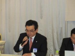 審議議案を説明する 浜田副会長
